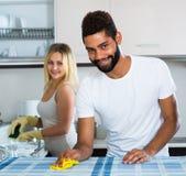 Faire de aide de fille de mari nettoient Photo libre de droits