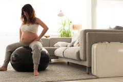 Faire de femme enceinte détendent des exercices avec un fitball Images libres de droits