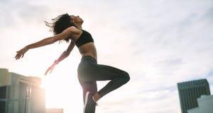Faire de femme de forme physique établissent sur le dessus de toit photo stock