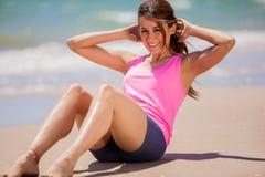Faire de l'ABS à la plage Image libre de droits