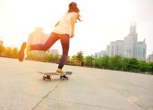 Faire de la planche à roulettes à la ville Photo libre de droits
