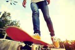 Faire de la planche à roulettes au skatepark Photos stock