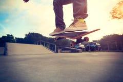 Faire de la planche à roulettes au skatepark Photo libre de droits