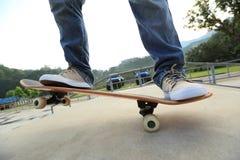 Faire de la planche à roulettes au skatepark Images libres de droits