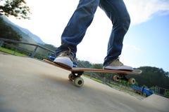 Faire de la planche à roulettes au skatepark Image stock