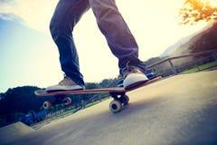 Faire de la planche à roulettes au skatepark Photographie stock