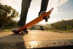 Faire de la planche à roulettes au skatepark Photo stock