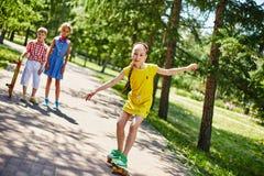 Faire de la planche à roulettes en parc Image stock