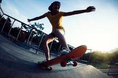 Faire de la planche à roulettes sur la rampe de skatepark photo libre de droits