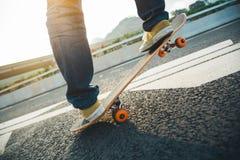 Faire de la planche à roulettes sur la rue de ville Image stock