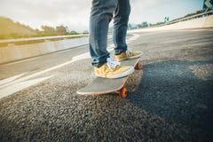 Faire de la planche à roulettes sur la rue de ville Photo stock
