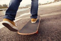 Faire de la planche à roulettes sur la rue de ville Photographie stock