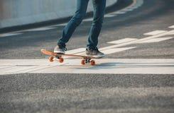 Faire de la planche à roulettes sur la rue de ville Image libre de droits