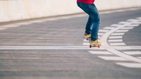 Faire de la planche à roulettes sur la rue de ville Photo libre de droits