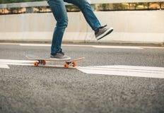 Faire de la planche à roulettes sur la rue de ville Images stock