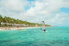 Faire de la planche à voile à la côte de la République Dominicaine  Image stock