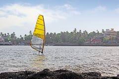 Faire de la planche à voile dans l'Inde Images stock