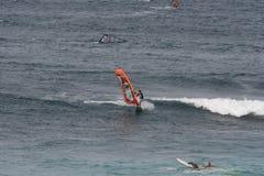Faire de la planche à voile dans Maui Photographie stock libre de droits