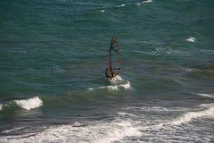 Faire de la planche à voile sur la côte de la Mer Noire Images stock