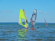 Faire de la planche à voile sur le lac Plescheevo près de la ville de Pereslavl-Zalessky en Russie Image stock