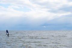 Faire de la planche à voile un jour orageux Photographie stock