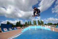 Faire de patin indy dans le skatepark Photographie stock libre de droits