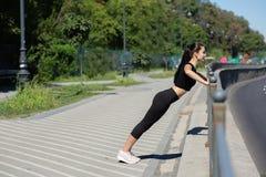 Faire de port de vêtements de sport de femme merveilleuse de forme physique établissent à la rue L'espace pour le texte photographie stock libre de droits