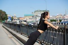 Faire de port de vêtements de sport de femme merveilleuse de forme physique établissent à la rue L'espace vide image stock