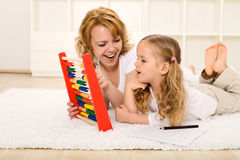 Faire des exercices de maths avec la maman Photos stock