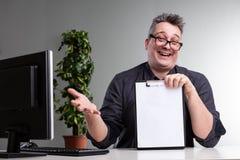 Faire des gestes allègre riant d'homme d'affaires photo stock