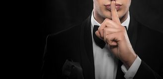 Faire des gestes d'homme silencieux image libre de droits