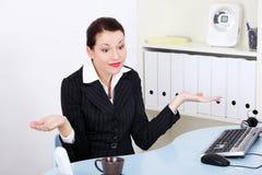 Faire des gestes de femme d'affaires mettent le `t savent quoi faire. Photographie stock libre de droits