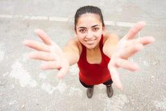 Faire des gestes de jeune femme image libre de droits