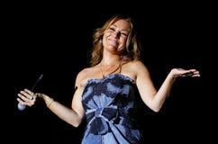 Faire des gestes espagnol de montero d'Amaia de chanteur vivant Images stock