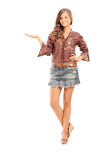 Faire des gestes femelle à la mode heureux avec la main Photo stock