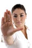 faire des gestes l'arrêt aux jeunes de femme Photos libres de droits