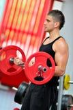 faire des jeunes d'homme de gymnastique d'exercices Photographie stock libre de droits