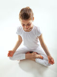 faire des jeunes de yoga de fille photo stock