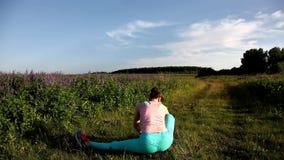 faire des jeunes de yoga de femme d'exercice ? l'ext?rieur banque de vidéos