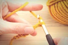 Faire du crochet avec la boule de laine images libres de droits