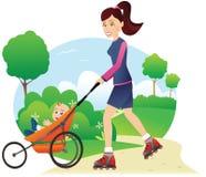 Faire du roller avec le babystroller en parc Photo stock