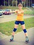 Faire du roller de jeune femme extérieur le jour ensoleillé Photo libre de droits