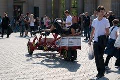 Faire du vélo à Berlin ainsi que des amis sur une bicyclette peu commune. Photographie stock libre de droits