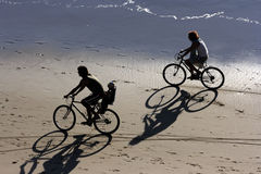 Faire du vélo à la plage Photo stock