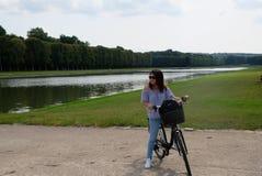 Faire du vélo à Versailles Images stock