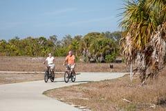 Faire du vélo actif d'aînés Photo stock