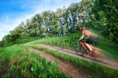 Faire du vélo d'extrémité d'homme brouillé photo libre de droits
