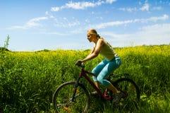 Faire du vélo de fille Image libre de droits
