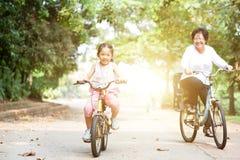 Faire du vélo de grand-mère et de petite-fille extérieur Images stock