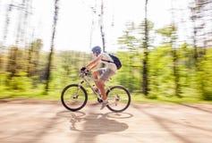 Faire du vélo de montagne Images stock